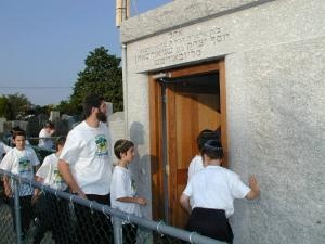 GAN YISROEL ON THE WAY TO THE OHEL 8-9-2001